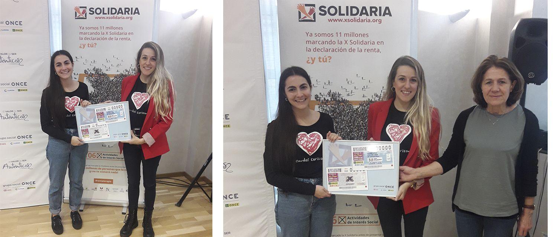 Victoria Sanz (de rojo), beneficiaria de la X Solidaria, junto a su madre y a Mónica, técnica de comunicación de Menudos Corazones